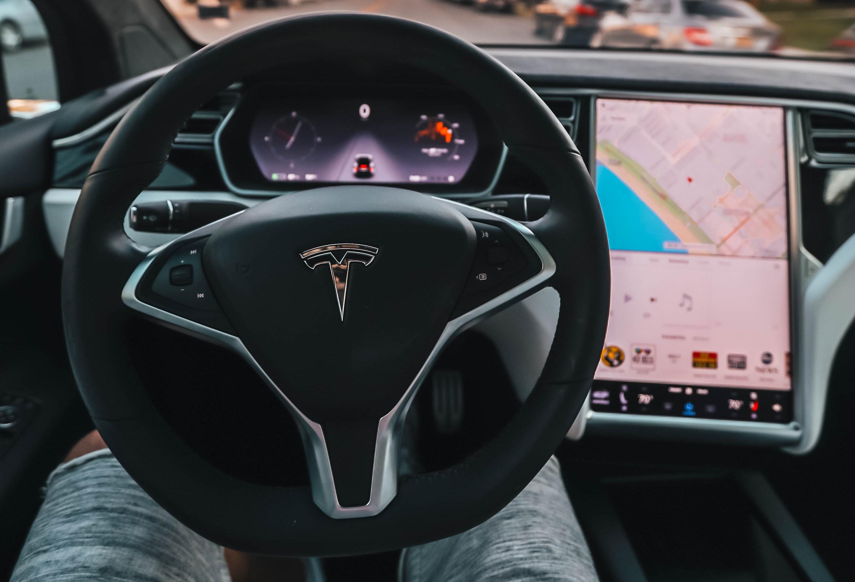 Model S autópilóta üzemmódban