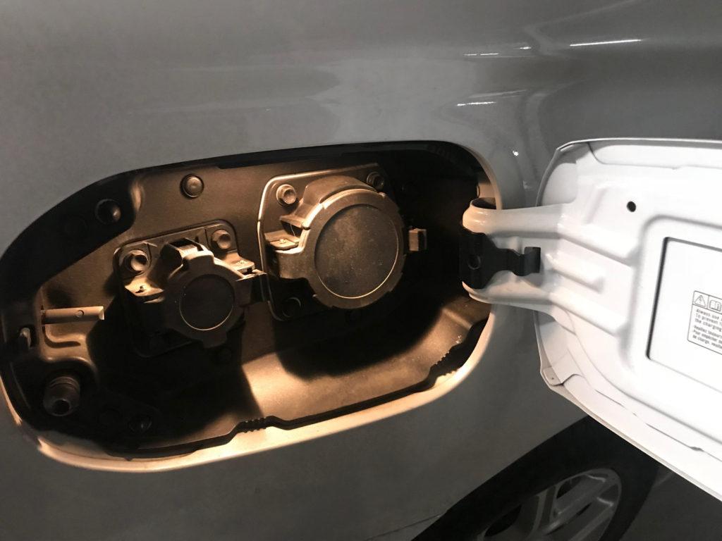 Plug-in hibrid autó csatlakozója elektromos autozas