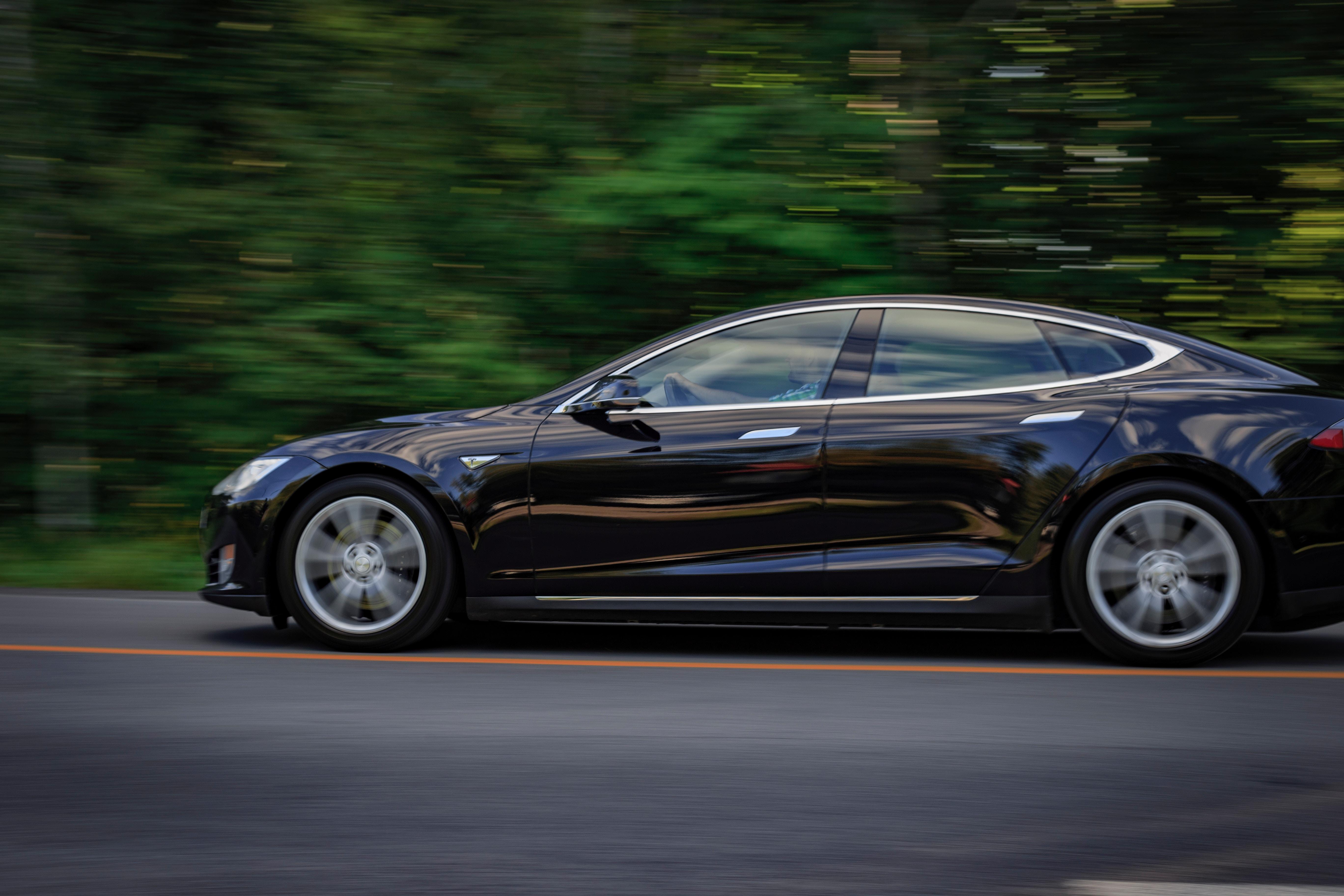 A Tesla Model 3 az autóeladások TOP5-jében