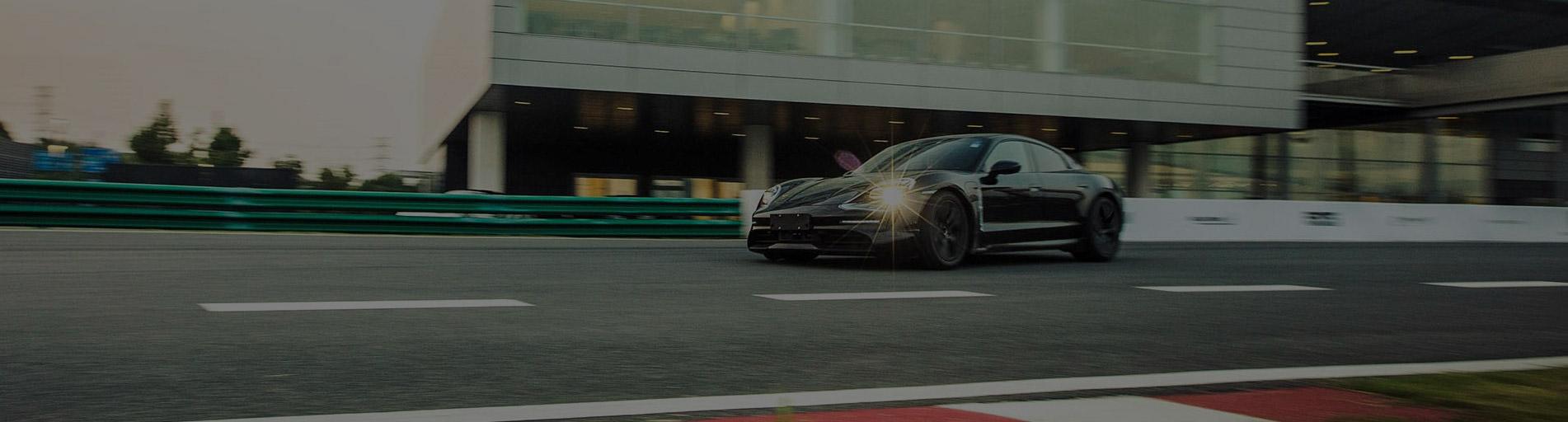 Csak úgy száguld a Porsche a világ körül